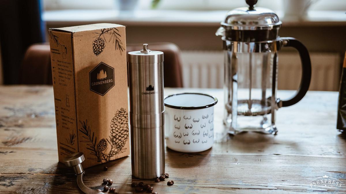 Kaffeemühle und Stempelpresse
