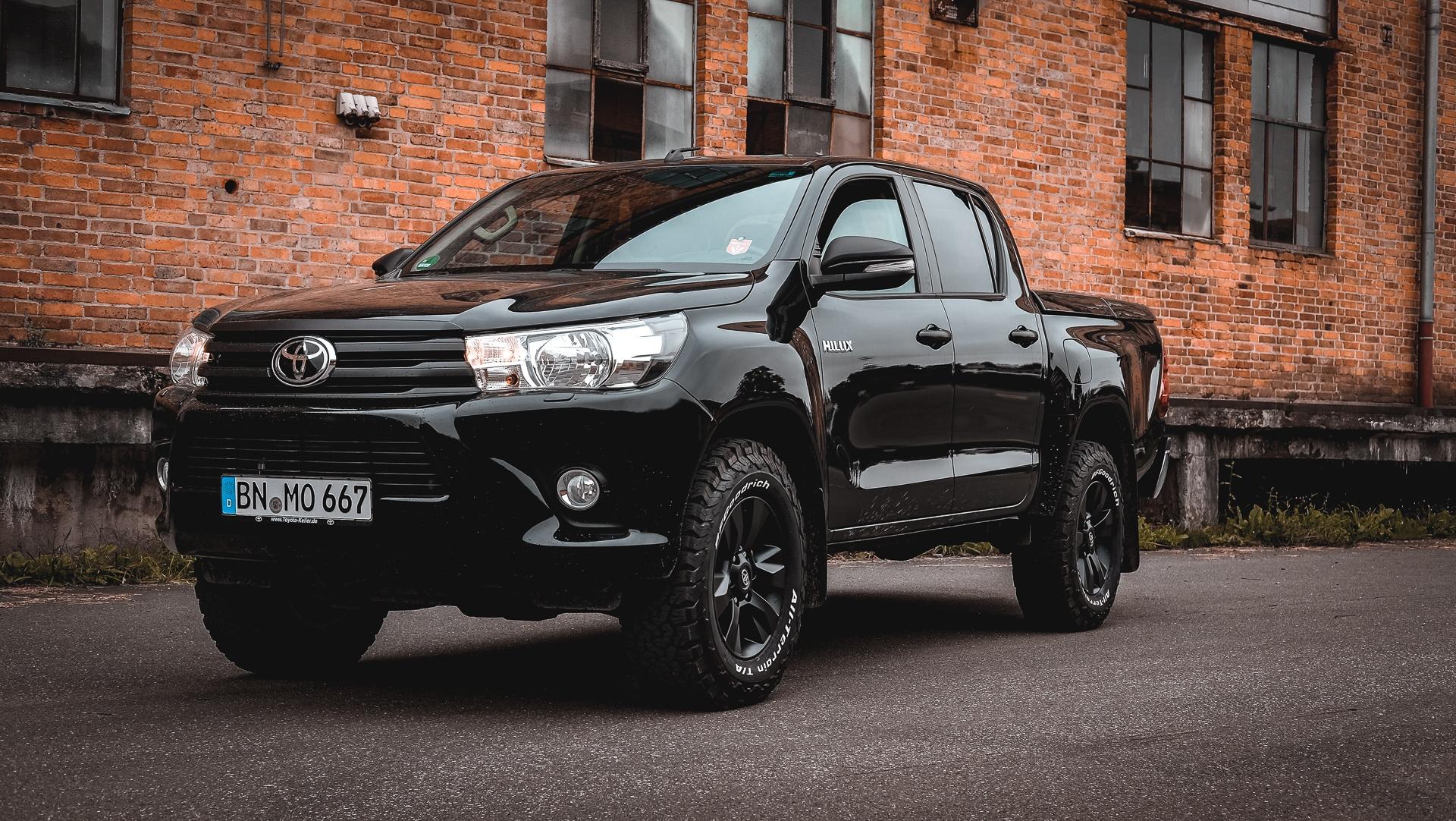 Toyota Hilux Revo schwarz